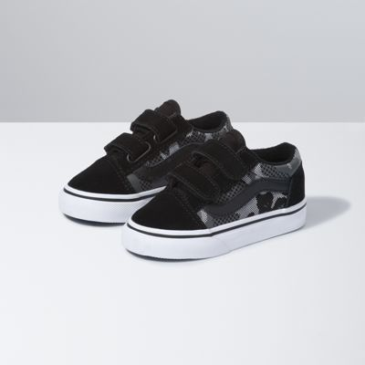 The Pattern Camo Toddler Old Skool V, inspired by the classic Vans skate shoe, features a low profile silhouette with camouflage canvas and suede uppers, hook-and-loop closures, padded collars for support and flexibility, and signature rubber waffle outsoles.