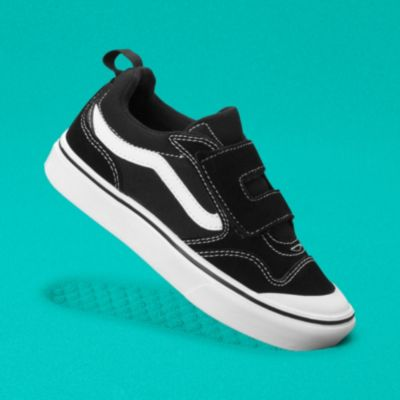 The Kids ComfyCush New Skool V is a fresh take on the classic Old Skool V. Special features include a rubber toe cap and an additional vamp overlay for durability, a single-strap hook-and-loop closure for equal tightness and a consistent fit, and a comfort collar with additional foam padding. It also includes sturdy canvas and suede uppers, heel pulls for an easy on-and-off fit, and a ComfyCush bottom unit.